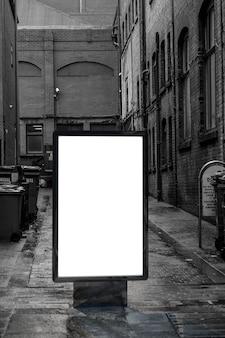 Mockup di pubblicità in bianco in strada. tabellone per le affissioni del manifesto sulla priorità bassa sporca del vicolo della città