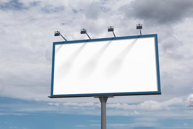 Grande tabellone per le affissioni in bianco su un cielo blu con le nuvole.