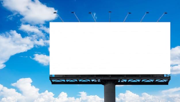 Cartellone bianco contro il cielo blu