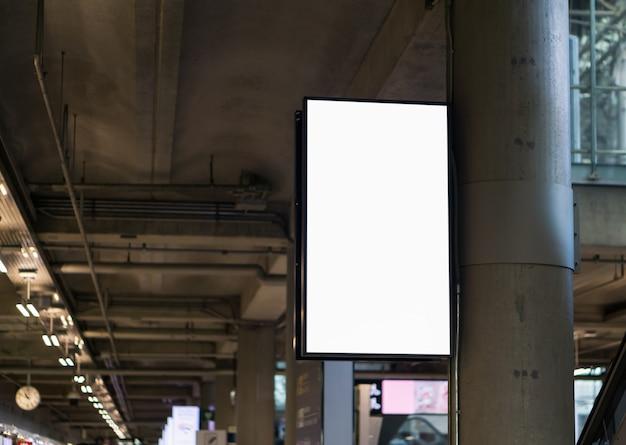 Cartellone bianco in aeroporto, cartellone pubblicitario vuoto all'aeroporto.