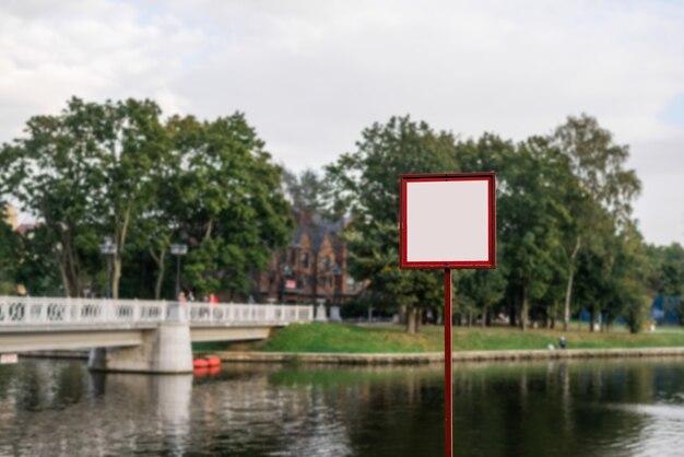 Tabellone per le affissioni in bianco, tabellone informativo nel parco cittadino, posto da inserire.
