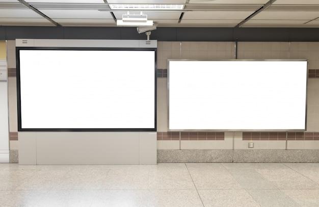 Manifesti di cartellone bianco nella stazione della metropolitana per la pubblicità.