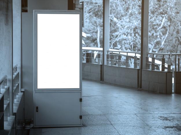 Tabellone per le affissioni in bianco nella stazione ferroviaria