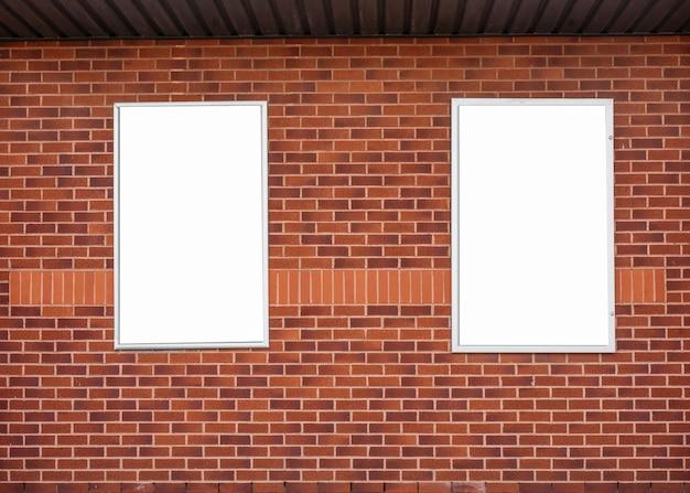 Spazio in bianco del tabellone per le affissioni su un muro di mattoni rosso