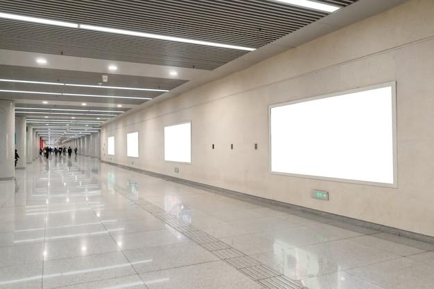 Tabellone per le affissioni in bianco nel sottosuolo, utile per la pubblicità