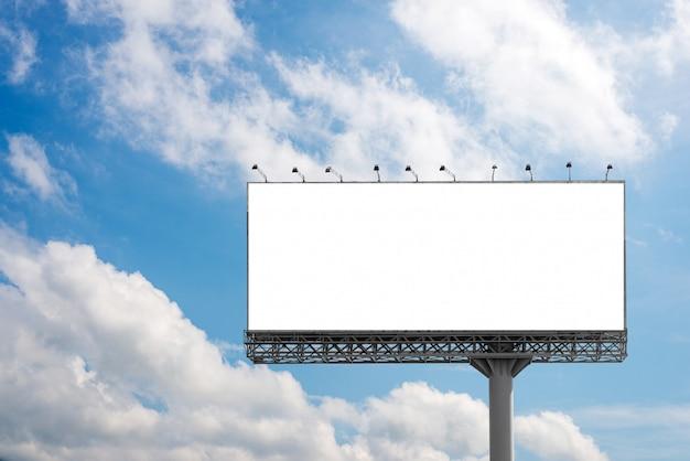 Tabellone per le affissioni in bianco con cielo blu per il manifesto di pubblicità esterna
