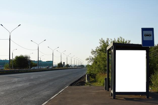 Cartellone vuoto con copia spazio per il tuo messaggio di testo o contenuto banner pubblicitario della stazione degli autobus pu