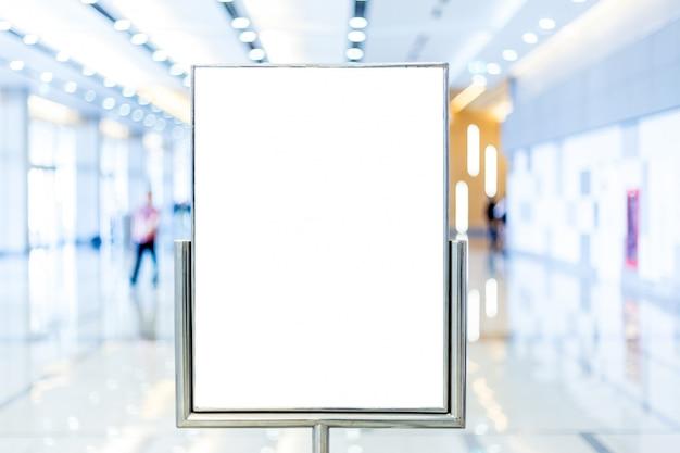 Tabellone per le affissioni in bianco con lo spazio della copia per il vostro messaggio di testo o contenuto