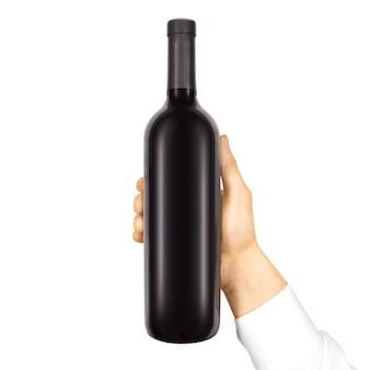 Etichetta nera vuota sulla bottiglia nera di vino rosso in mano isolata