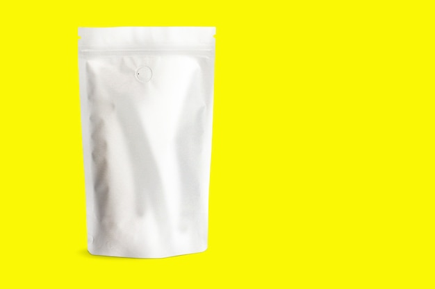 Set di confezioni doy in bianco, nero, bianco o artigianale, in piedi isolato, rendering 3d