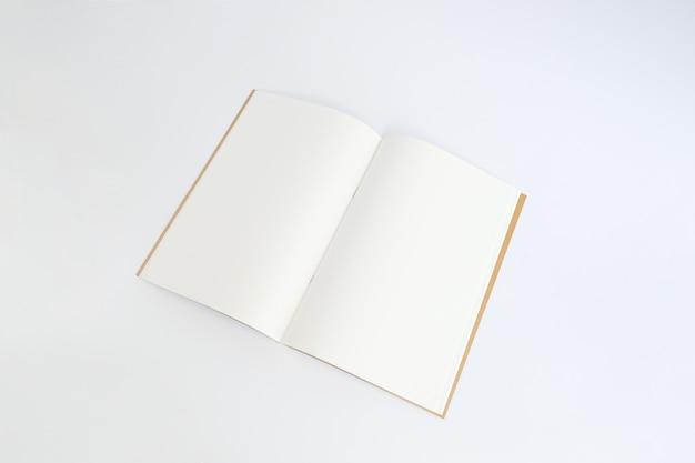 Modello di mockup del libro in bianco di carta riciclata