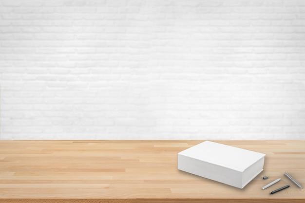 Libro bianco sul tavolo di legno