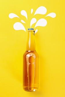 Bottiglia vuota di birra su sfondo giallo