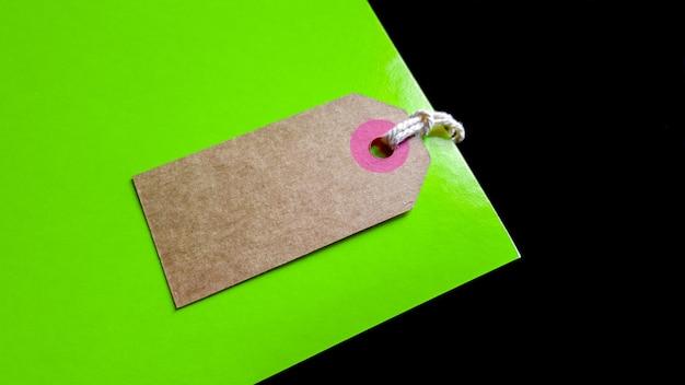 Prezzo da pagare in cartone marrone in bianco o etichetta su sfondo verde e nero. vista dall'alto.