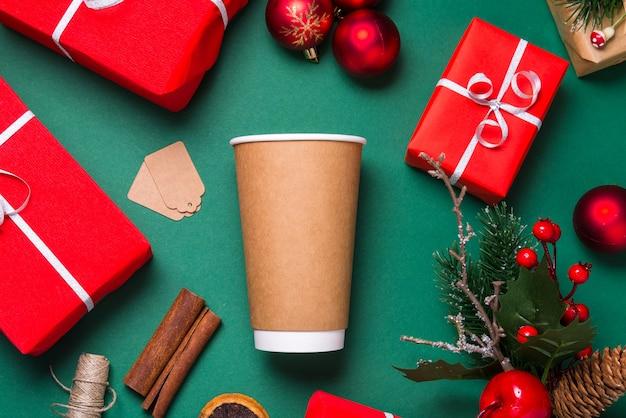 Vuoto marrone tazza da caffè usa e getta, tazza piatta laici, concetto di natale