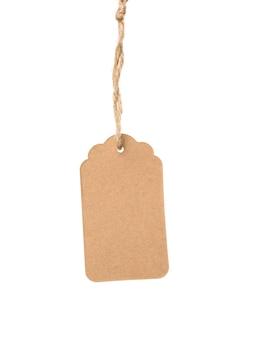 Etichetta di carta marrone rettangolare marrone vuota su una corda isolata su sfondo bianco, modello per prezzo, sconto