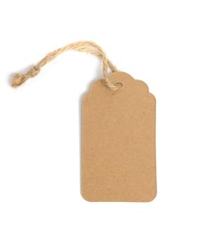 Etichetta di carta marrone rettangolare marrone in bianco su una corda isolata su priorità bassa bianca, modello per prezzo, sconto