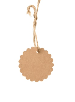 Etichetta di carta marrone brownround vuota su una corda isolata su sfondo bianco, modello per prezzo, sconto