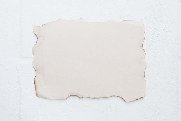 Carta bruciata bianca su sfondo bianco