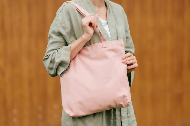 Tote bag in tela bianca in mani femminili. modello. concetto ecologico.