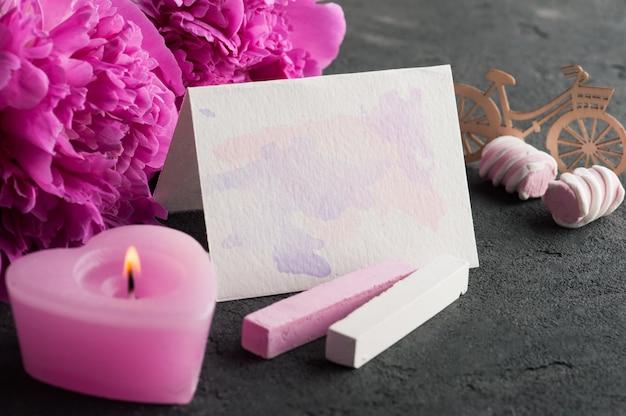 Scheda vuota con schizzi ad acquerello, fiori di peonia