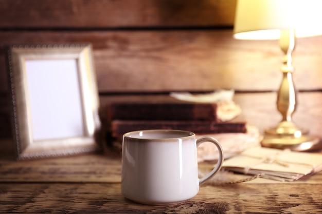 Tazza di ceramica vuota sul tavolo di legno