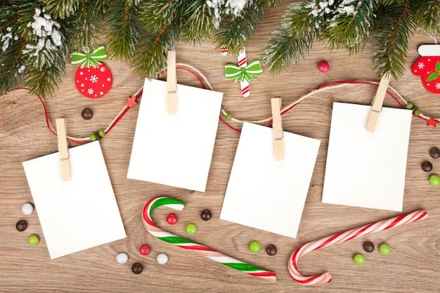 Cornici per foto natalizie vuote con abete e decorazioni