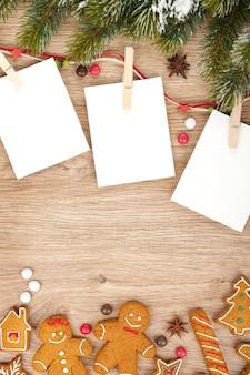Cornici per foto natalizie vuote con abete e biscotti di pan di zenzero