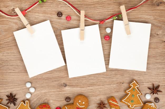 Cornici per foto natalizie vuote con biscotti di pan di zenzero fatti in casa