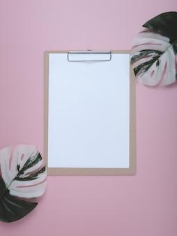 Appunti in bianco su pastello.