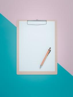 Appunti in bianco con penna marrone su rosa e ciano.