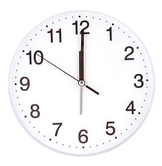 Quadrante di orologio vuoto con le lancette delle ore, dei minuti e dei secondi isolati su bianco