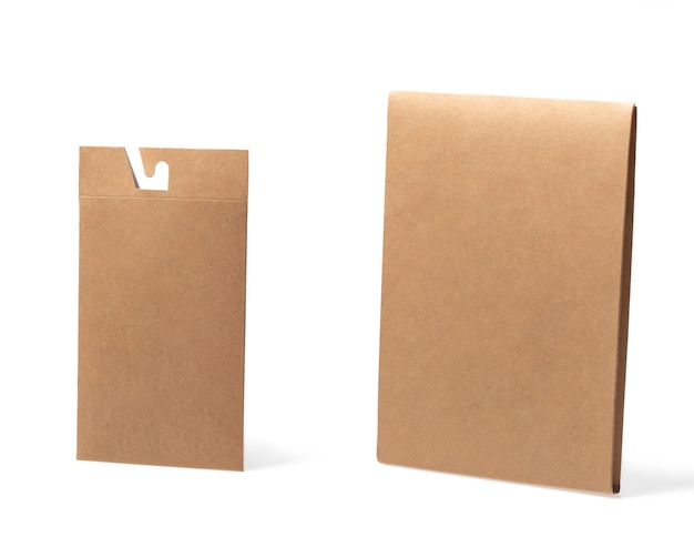 Modello di scatola artigianale chiusa vuota come imballaggio usa e getta con materiali ecologici e riciclabili su sfondo bianco