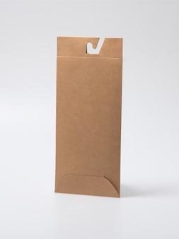 Mockup di scatola artigianale chiusa vuota come confezione usa e getta con materiali ecologici e riciclabili.