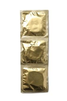 Preservativi vuoti isolati sul muro bianco, spazio per il testo