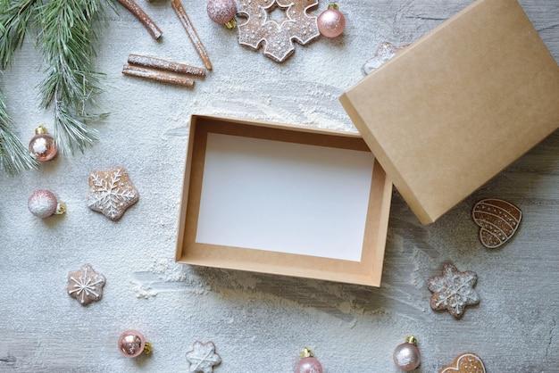 Scatola artigianale vuota su sfondo natalizio di cucina e cibo. concetto di consegna a domicilio di cottura.