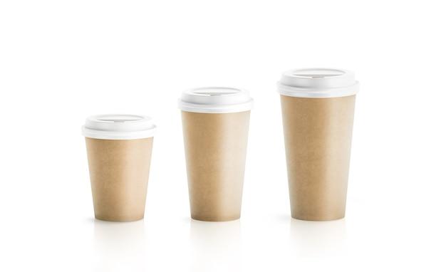 Bicchieri di carta marrone mestiere in bianco isolati