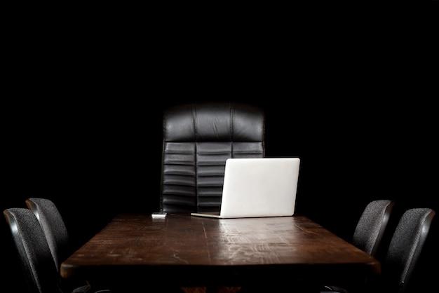 Desktop vuoto su sfondo nero