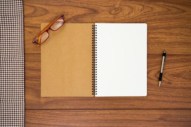 Diario in bianco su fondo di legno