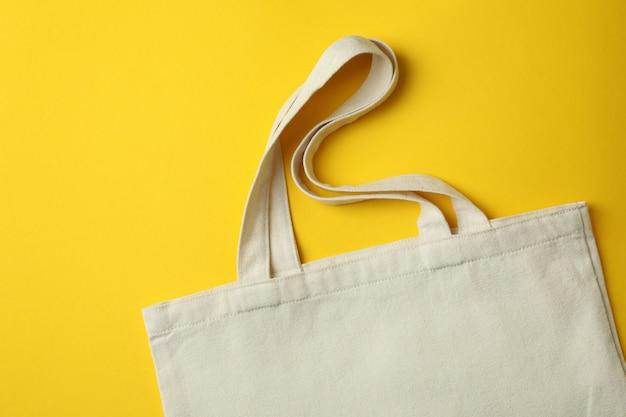 Vuoto borsa eco su sfondo giallo, spazio per il testo