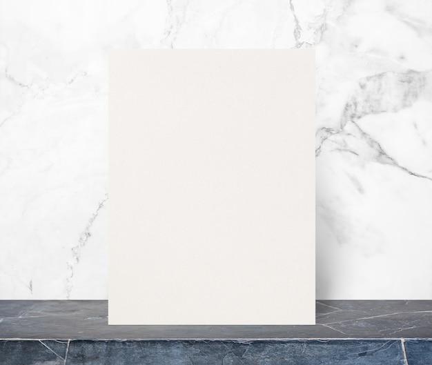 Blocchetto per appunti in bianco di carta di eco sul piano d'appoggio di pietra nero alla parete di pietra di marmo bianca, derisione del modello su per l'aggiunta del vostro disegno.