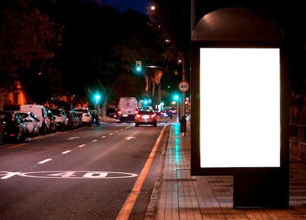 Poster pubblicitario elettronico vuoto con schermo vuoto per il tuo messaggio di testo o promozionale