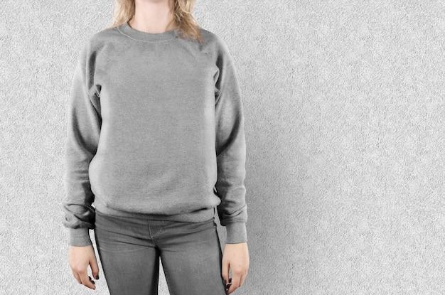 Felpa femminile in bianco mock up isolato