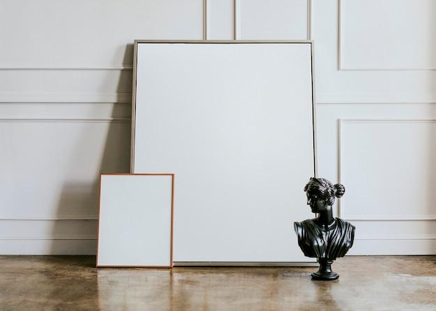 Cornice vuota da un muro bianco