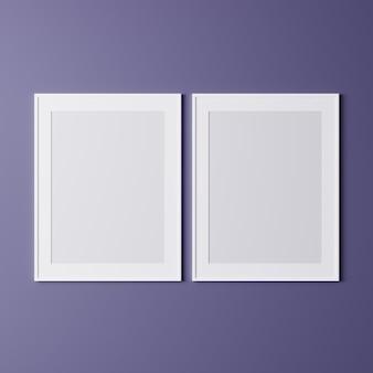 Cornici vuote sul muro viola, mock up, cornici bianche verticali per poster sul muro, cornice per foto isolata sul muro
