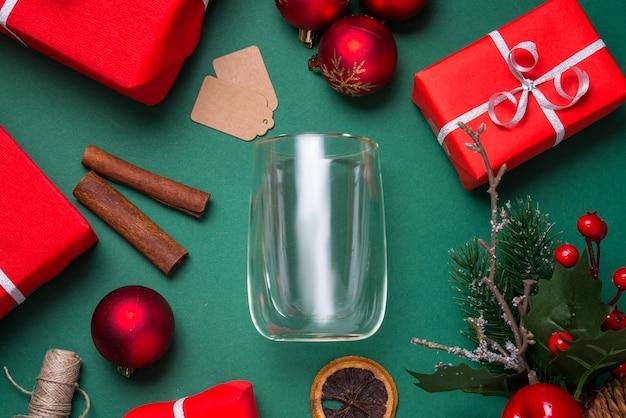 Tazza da tè in vetro bianco, tazza piatta laici, concetto di natale