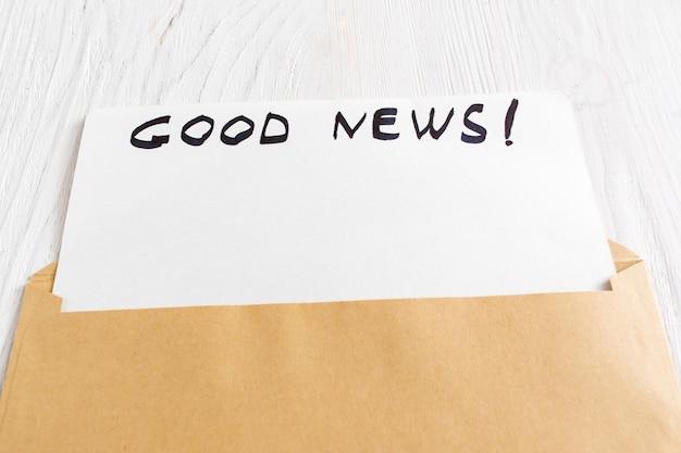 Biglietto di auguri vuoto in busta marrone aperta con una buona notizia