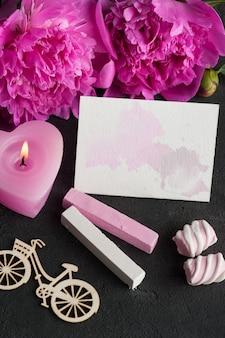 Cartolina d'auguri in bianco con spruzzi dell'acquerello, fiori di peonia