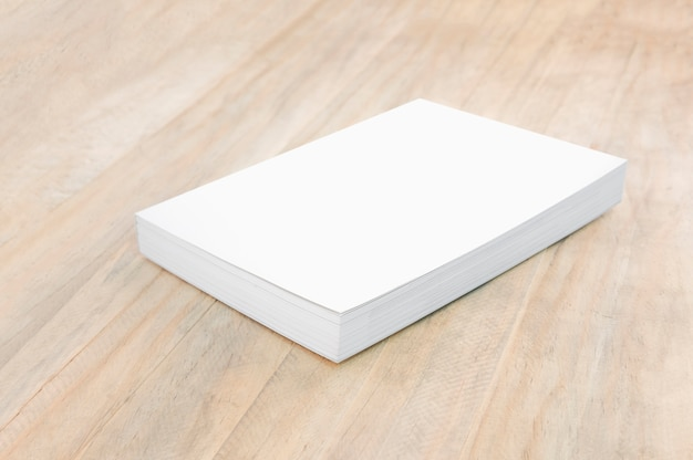 Modello in bianco del libro della copertina rigida su legno.