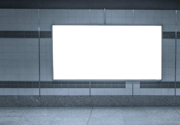 Grande poster orizzontale in bianco nella stazione della metropolitana
